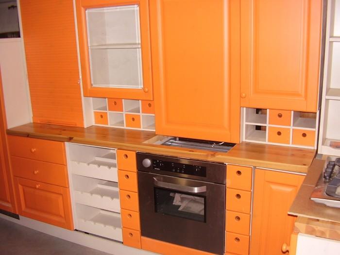 Mobili Da Cucina Arancione.Cucina In Legno Massello Color Arancione Ad Angolo Stock